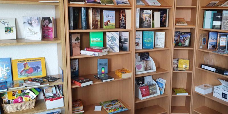 Büchertisch Freikirche Bergen